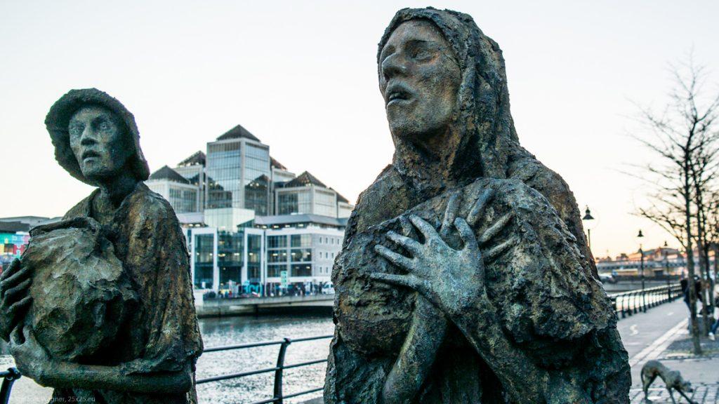 2 figures of the memorial