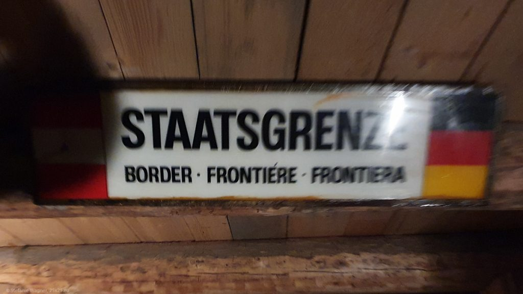 "Sign saying ""Border"" in different languages"