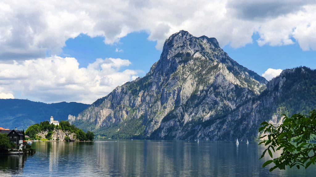 The lake, a small island with a chapel on it, a hight mountain in the background