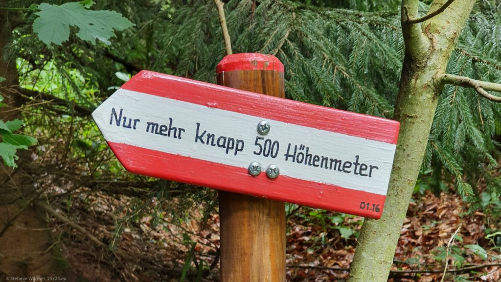 """Signpost with the text """"Nur mehr knapp 500 Höhenmeter"""""""