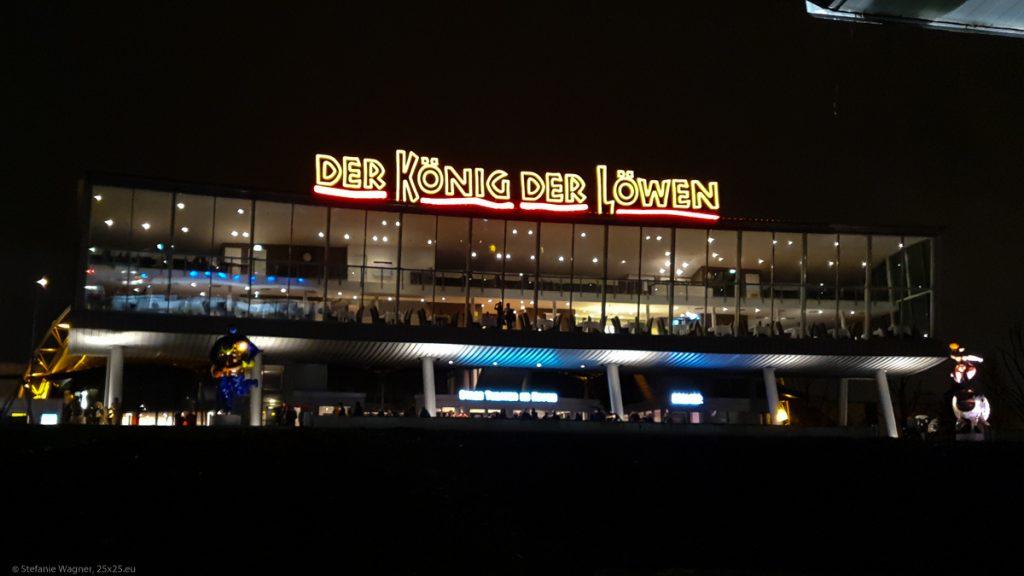"""Night picture, modern building, letters saying """"Der König der Löwen"""" (Lion King)"""