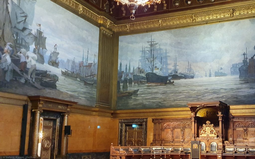 Hall with paintings of the harbor with ships