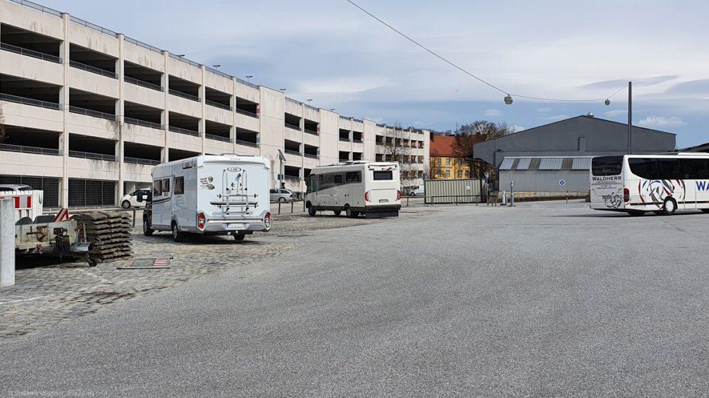 Camper site Bahnhofstrasse in Passau, view towards the parking garage