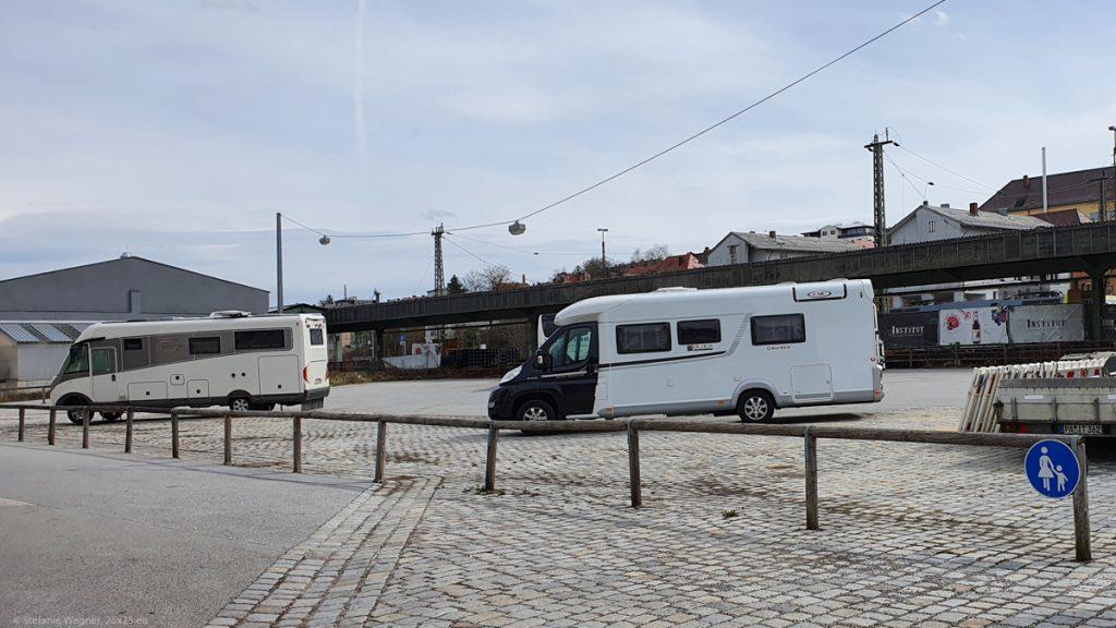 Camper site Bahnhofstrasse in Passau, view towards the rails
