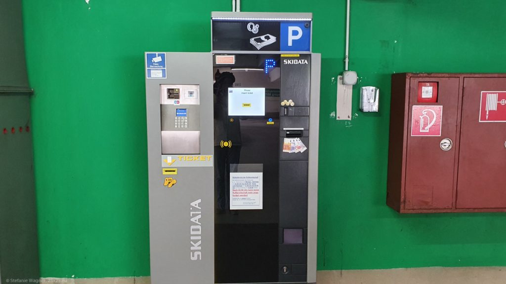 Pay machine for the camper site Bahnhofstrasse in Passau located on the first level of the nearby parking garage