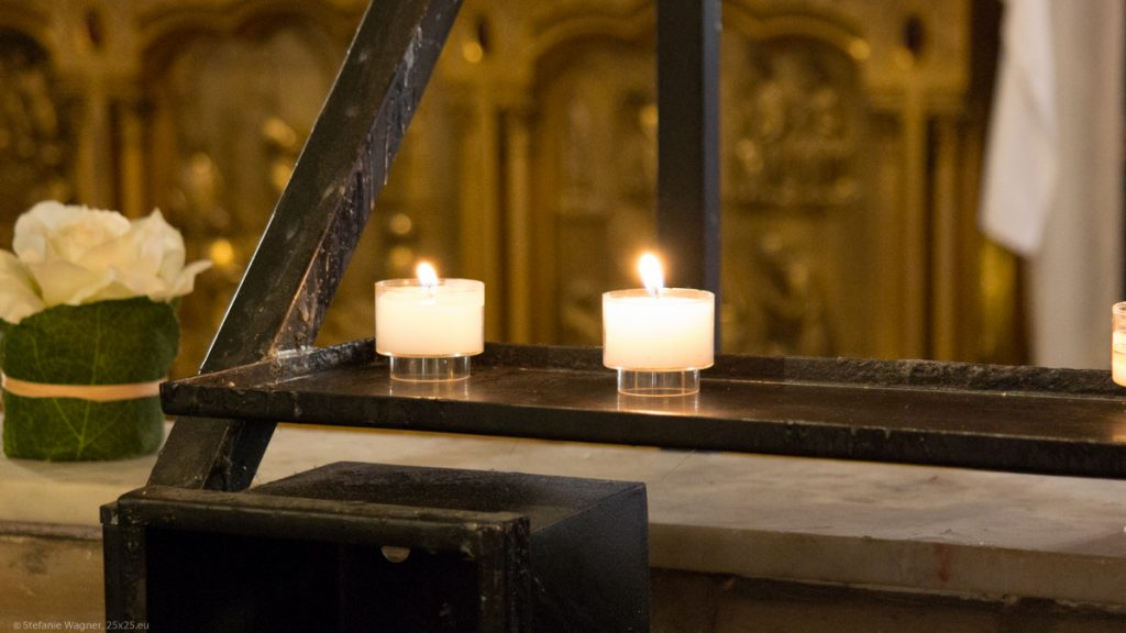 2 burning candles in the curch